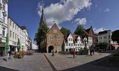 Flensburg, Nordermarkt mit den Schrangen und dem Neptunbrunnen
