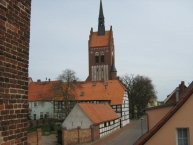 Usedom, St. Marienkirche, davor die Präpositur.