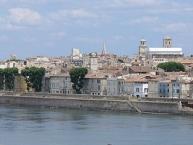 Blick vom Ufer der Rhone auf Arles-Provence