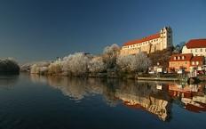 Burg Wettin, im Vordergrund die Saale