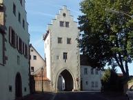 Das als Torhaus bezeichnete Stadttor in Euerdorf, links das ehemalige Zehnthaus