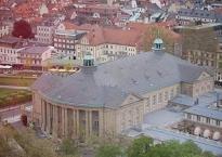 Regentenbau in Bad Kissingen mit Schmuckhof (Innenhof, rechts) und Rosengarten (links)