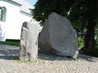 Runensteine Gorm (links) und Blauzahn/Runic stones Gorm (left) and Bluetooth