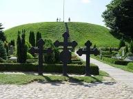 Südlicher Grabhügel von der Kirche gesehen/Southern mound seen from the church