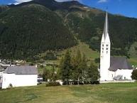 Zernez, links San Bastian, rechts die Hauptkirche