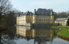 Schloss Dyck in Jüchen, Ansicht über den Schlossteich von der Barockbrücke aus
