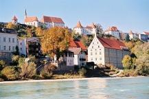 Burghausen, Blick vom Inn mit Burg im Hintergrund