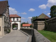 Lichtenau, links: Ansbacher Tor; rechts: Festung Lichtenau