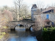 Saint-Jean-de-Côle, le vieux pont et lʹancien prieuré
