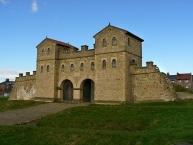 Das rekonstruierte Westtor im römischen Fort von Arbeia