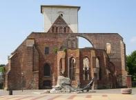 Wriezen, Ruine der Marienkirche und Marktbrunnen