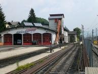Remise der Achenseebahn im Bahnhof Jenbach. Rechts vom Gebäude beginnt der Zahnstangenabschnitt der Schmalspurbahn