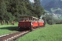 Zug der Achenseebahn oberhalb von Jenbach