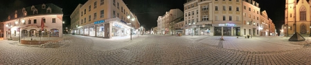Panorama-Bild der Stadt Hof am Abend; Aufgenommen am Beginn der Fußgängerzone
