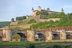 Würzburg, Festung Marienberg, im Vordergrund die alte Mainbrücke