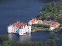 Luftbild vom Schloss Glücksburg, das Wasserschloss mit Wirtschaftsgebäuden und Schosspark