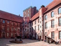 Im Schlosshof/In the courtyard