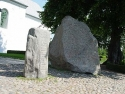 Runensteine Gorm (links) und Blauzahn/Runic stones Gorm (left) and Bluetooth
