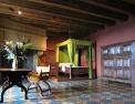 Château de Langeais, Chambre à coucher avec cheminée et sol à carreaux colorés.