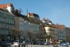 Burghausen, Westseite des Stadtplatzes mit der Burg im Hintergrund