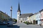 Marktplatz von Ottensheim mit kath. Pfarrkirche hl. Ägidius und Mariensäule