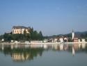 Grein und Schloss Greinburg von der Donau aus