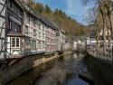 Monschau, Blick auf Fachwerkhäuser von der Brücke über die Rur