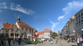 Goettingen marketplace with old city hall, Gaenseliesel fountain and pedestrian zone.