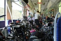 ein überfülltes Zugabteil