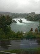 Der Rheinfall im Regen
