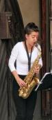 Sion, Straßenmusikerin