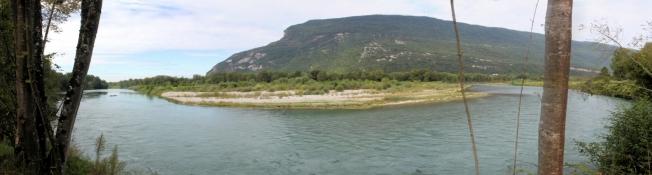 Der Radweg verläuft direkt am Rhône-Ufer