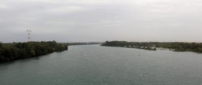 Rhône bei Valence unter dunklen Rewgenwolken
