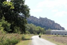 Rhône-Radweg vor Mornas, auf den Felsen die Festung