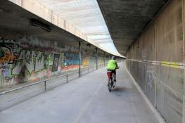 Fahrrad-ʺUntergeschossʺ im Nouveau pont dʹArles