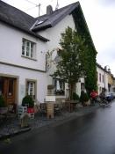 Start in Trittenheim, der Asphalt ist noch regennass