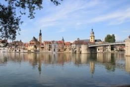 Kitzingen und Alte Mainbrücke vom gegenüberliegenden Mainufer