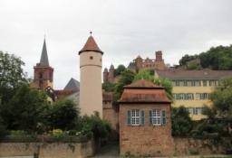 Wertheim, Blick vom Tauber-Ufer auf Altstadt und Burg