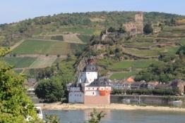 Burg Pfalzgrafenstein, dahinter Kaub mit der Burg Gutenfels