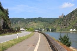 Rheintalradweg mit Burg Maus im Hintergrund