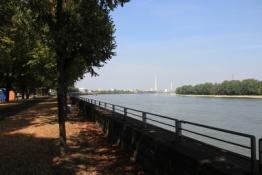 Rheinufer in Köln-Niehl mit Blick auf die Ford-Werke