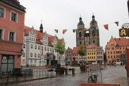 Marktplatz in Wittenberg mit Rathaus und Stadtkirche