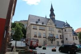 Blankenburg Rathaus mit Schloss im Hintergrund