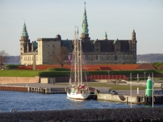 Med Kronborg om bagbord .../The palace of Kronborg on the port side