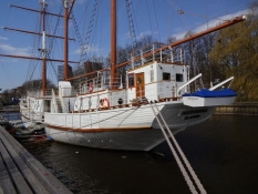 Sejlskib på floden igennem Klaipeda/Sailing ship on the river through Klaipeda