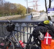 Her holdt cyklen parkeret, mens jeg så på byen/My bike parked while I visited the city