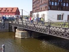 Gammel drejebro ved havnen betjenes manuelt/Old swing-bridge with manual operation