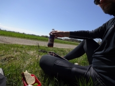 Frokost i (grus)vejsiden med en flaske kvas/Lunch at the (gravel)road side with a bottle of ʺkvasʺ