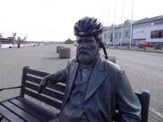 Berømt forfatter udstyret med min cykelhjelm/This famous writer tries on my cycle helmet