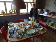 Laima har serveret morgenmad i gæstehuset Pilava/Laimaʹs served breakfast at the guest house Pilava